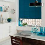 Темно-синяя штора на окне кухни
