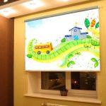 Рулонная штора с фотопечатью на окне детской комнаты