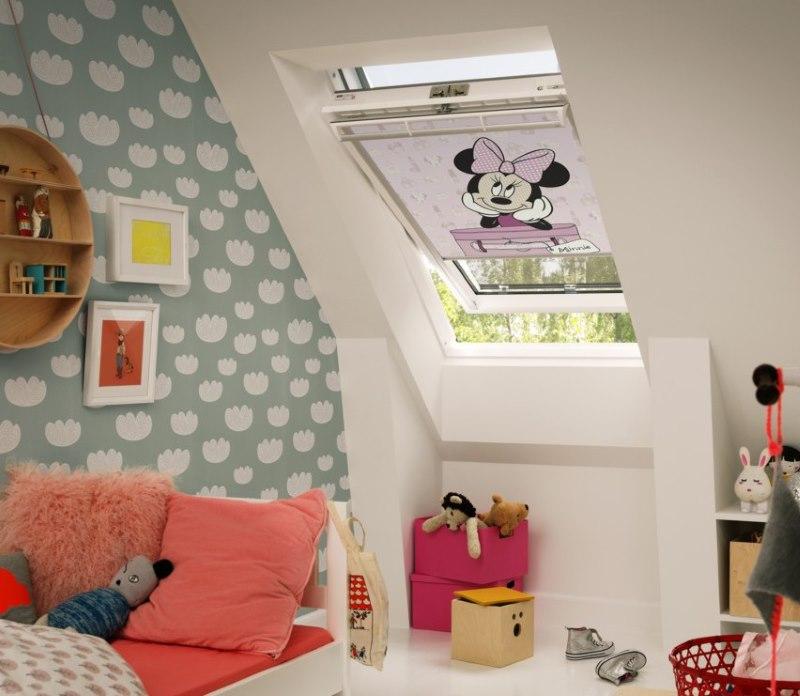 Рулонная штора с фотопечатью на окне детской в мансарде