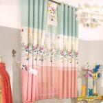 Трехцветные гардины на окне детской комнаты