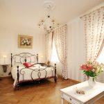 Дизайн спальни с гардинами на окнах