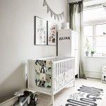 Кроватка для новорожденного в белой комнате