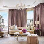 Гибкий карниз поможет решить проблему нестандартной планировки гостиной