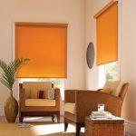 Гостиная в восточном стиле с яркими рольшторами на окнах