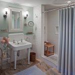 Карниз в ванной, установленный между стенами