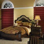 Каскадные шторы бордового цвета в спальню