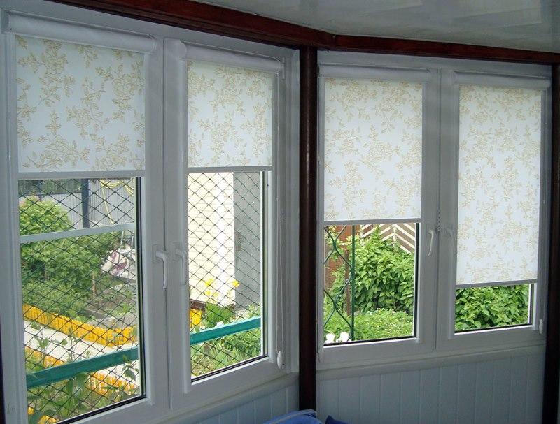 Мини кассетные шторы на окнах застекленной веранды