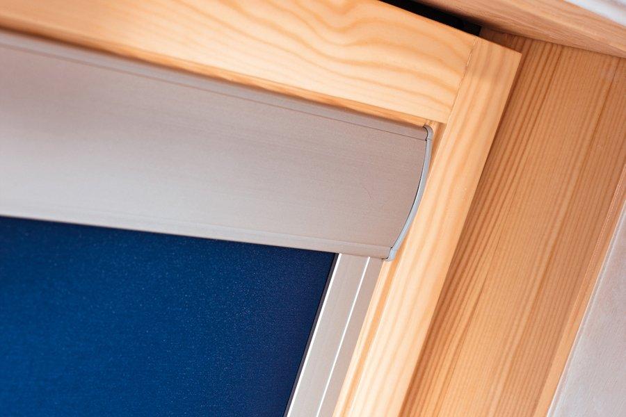 Роллета кассетного типа на деревянной раме мансардного окна
