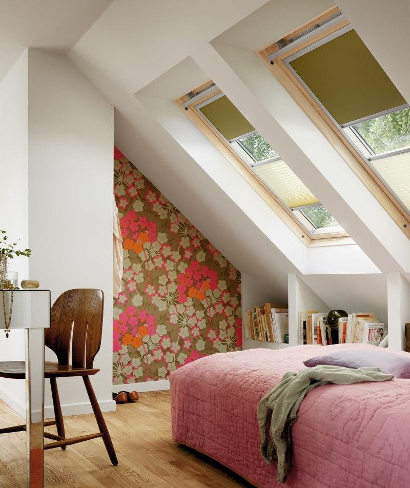 Светло-зеленые рулонные шторы на окнах в мансарде