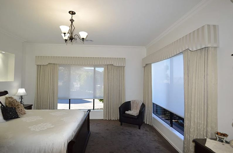 Белые рулонные шторы на окнах спальни в стиле классики