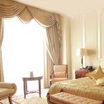 Классический тканевый ламбрекен для светлой спальни