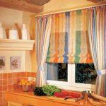 Комбинирование полосатых римских и классических штор на кухне