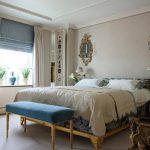Комбинирование синей римской и светлых классических штор в спальне