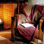 Красивое покрывало пэчорк для уютного кресла у камина