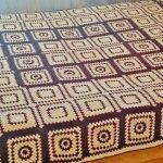 Красивый плед на большую кровать из вязанных двуцветных элементов