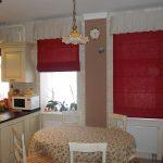 Красные каскадные шторы - яркий акцент в светлой кухне с тремя окнами