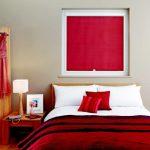 Красные рольшторы для спальни с красным декором