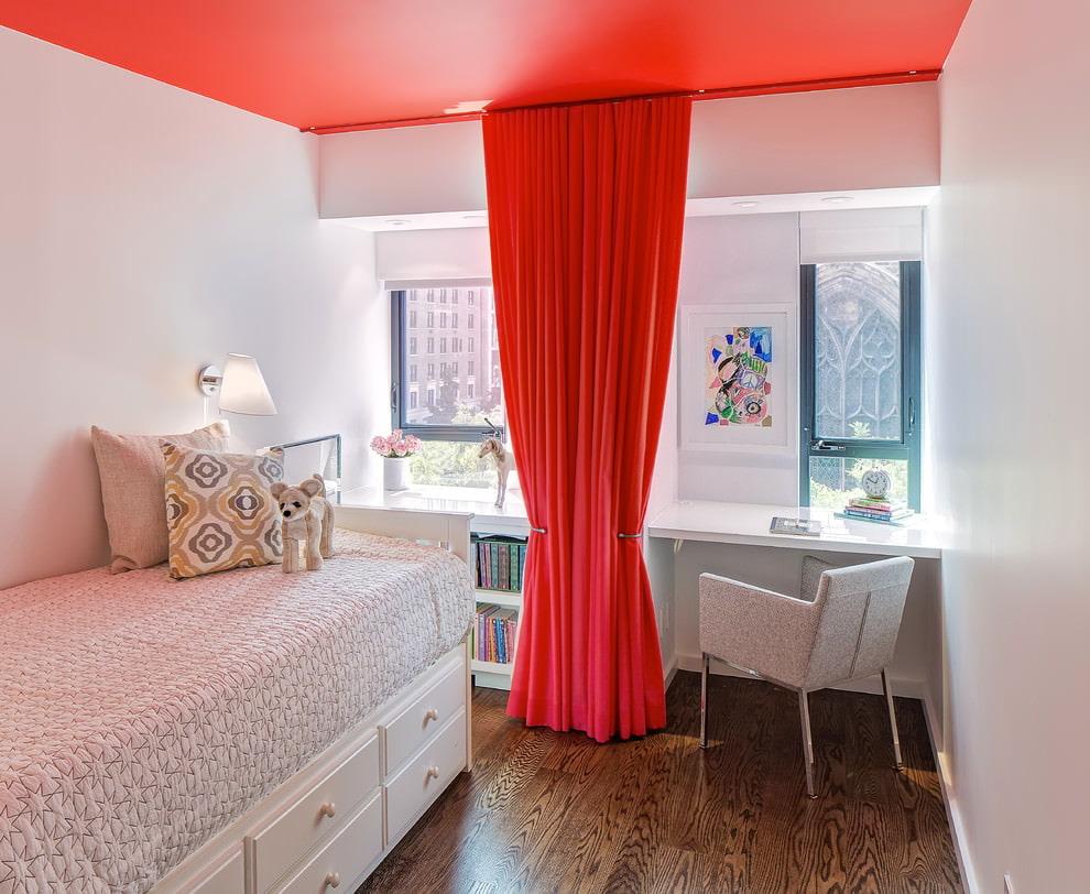 Красная штора в комнате девочки подростка