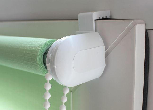 Крепление рулонной шторы на пластиковом кронштейне