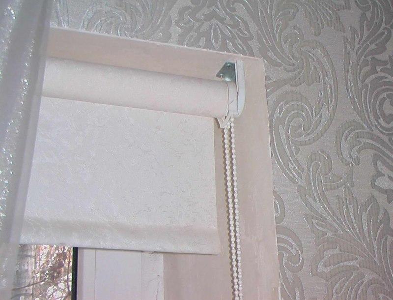 Закрепление рулонной шторы в верхней части оконного проема