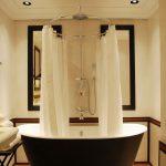 Круглый металлический карниз для ванной с большим душем в центре