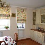 Кухонные римские шторы из подходящей ткани с рисунком