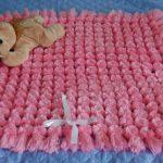 Квадратный розовый плед из помпонов