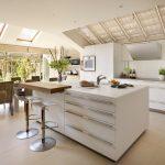 Просторная кухня-гостиная с мансардными окнами