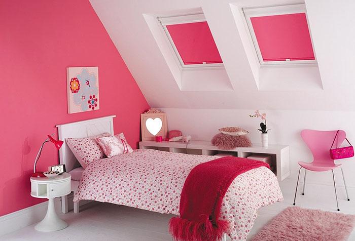 Розовые ролеты на мансардных окнах детской комнаты