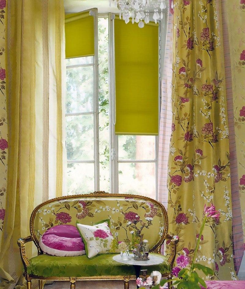 Оформление окна гостиной минироллами Эскар зеленого цвета