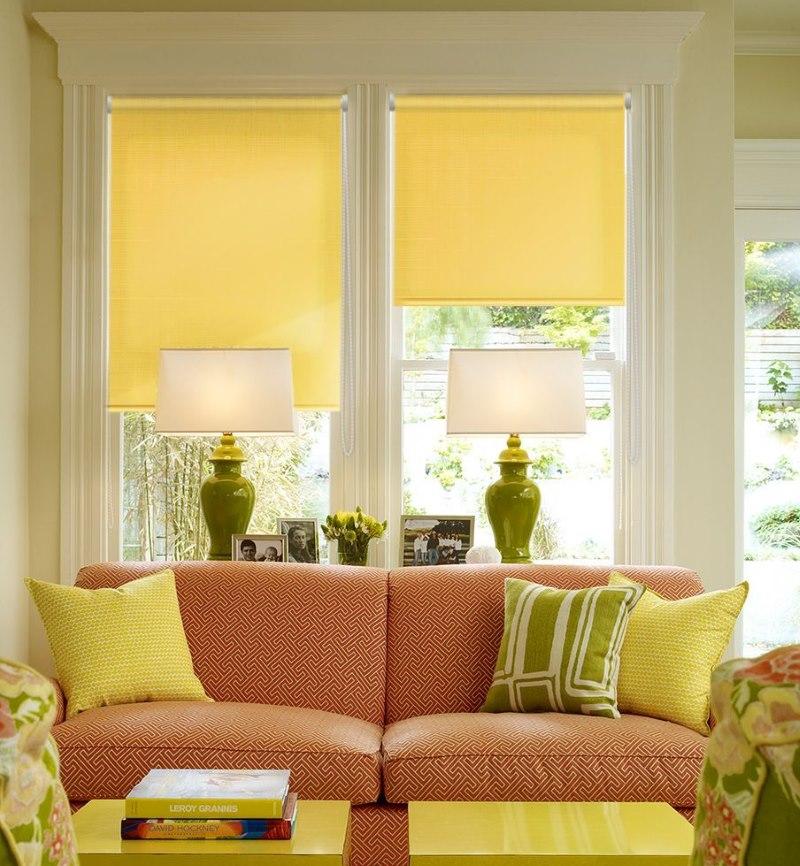 Желтые минироллы Эскар в интерьере гостиной