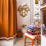 Необычная штанга для яркой ванной комнаты