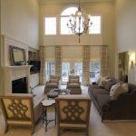Необычные льняные римские шторы в классической гостиной