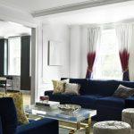 Необычные трехцветные гардины в интерьере гостиной