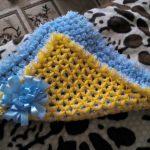 Необычный желто-голубой плед из помпонов