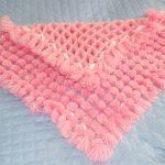 Нежно-розовый плед с помпончиками для новорожденной