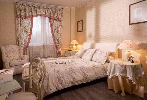 Нежный ламбрекен для спальни