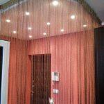 Нитяные шторы можно закрепить на потолочном гибком карнизе