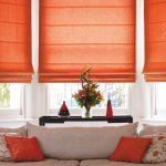 Оранжевые римские шторы для эркерного окна