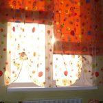 Оранжевые римские шторы с легким тюлем