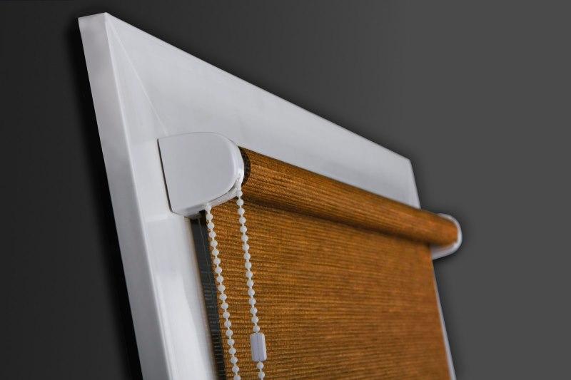 Открытая рулонная штора на створке пластикового окна