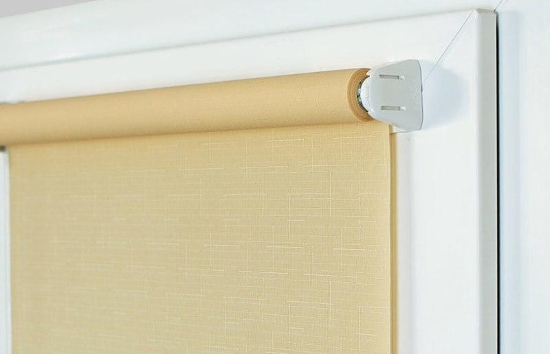 Рулонной штора с полотном бежевого цвета