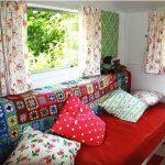 Плед из небольших разноцветных элементов отлично подойдет для дивана на даче