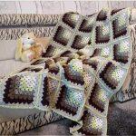 Покрывало на диван из мотивов, связанных от угла