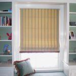 Полосатые римские шторы в зоне отдыха детской комнаты