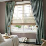 Полупрозрачные римские шторы в комплекте с классическими для спальни