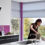 Полупрозрачные рулонные шторы серого цвета для кухонных окон