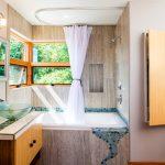 Потолочный п-образный карниз для ванной в стиле модерн