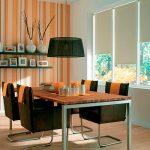 Простые рулонные шторы в строгой столовой