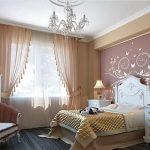 Прозрачная гардина и тонкие шторы в классическую спальню